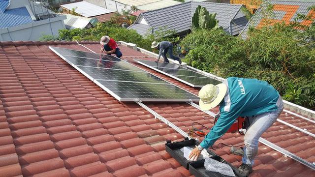 gia đình lắp điện mặt trời