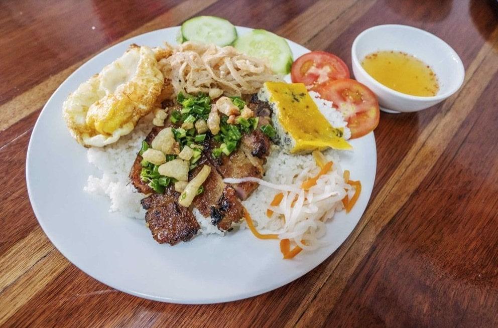 Móm ăn Việt Cơm tấm Sài Gòn